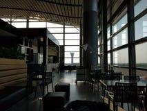 Flughafenaufenthaltsraum an der Dämmerung Stockfotografie