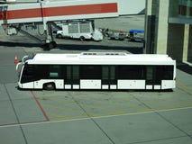 Flughafenbus nahe Tor Stockfotos