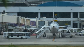 Flughafendienstleistungen bereitet Flugzeug vor Flug vor stock footage