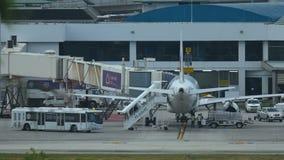 Flughafendienstleistungen bereitet Flugzeug vor Flug vor stock video footage