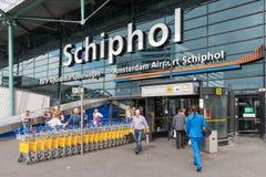 Flughafeneingang mit dem Führen von Reisenden am ai Lizenzfreie Stockbilder