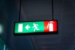 Flughafenfluchtwegzeichen an einem internationalen Flughafen Lizenzfreie Stockfotos