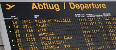 Flughafenfluginformationen über ein internationales Abfahrtgroßbildbrett stockbilder