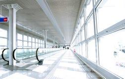 Flughafengehweg stockbild