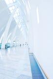 Flughafengehweg am Kopenhagen-Flughafen Lizenzfreie Stockfotografie