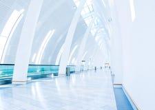 Flughafengehweg am Kopenhagen-Flughafen Stockfoto