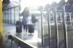 Flughafengepäcklaufkatzen für Gepäck Lizenzfreies Stockfoto