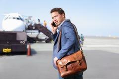 FlughafenGeschäftsmann auf Smartphone mit dem Flugzeug Lizenzfreie Stockfotografie