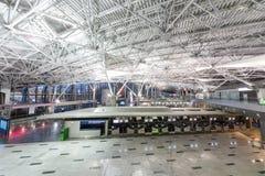 Flughafeninnenraum mit Infrastruktur lizenzfreies stockbild