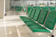 Flughafeninnenraum in Wartezone Lizenzfreies Stockfoto