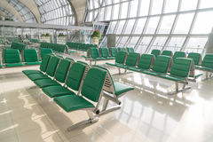 Flughafeninnenraum in Wartezone Stockfotos