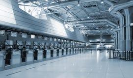 Flughafeninnenzeichen und -leuchten Stockbild