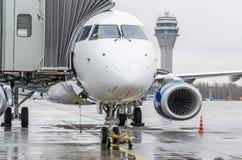 FlughafenKontrollturm und moderne Gebäude des teletrap Passagefluggastterminals mit der Abreise zum Start des Flugzeuges lizenzfreies stockbild