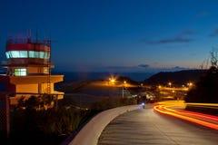 Flughafenkontrollturm und -straße Stockfoto