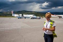 Flughafenpersonal, das auf einer Rollbahn steht Lizenzfreie Stockbilder