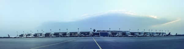 Flughafenrollbahn und -Flugzeuge an den Toren gestalten landschaftlich lizenzfreies stockfoto