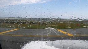 Flughafenrollbahnansicht keinen Eintritt durch die Bewegung des flachen Fensters vor der Abfahrt mit Regentropfen unterzeichnen stock video