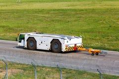 Flughafenschleppertraktor Lizenzfreie Stockfotos