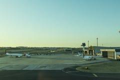 Flughafenschutzblech LISBON/PORTUGAL AM 11. AUGUST 2018 - Lissabon mit Sonnenunterganglicht lizenzfreie stockfotos