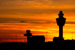 Flughafensonnenuntergang Amsterdam-Schiphol Stockfoto