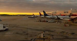 Flughafentätigkeit bei Sonnenuntergang lizenzfreie stockbilder