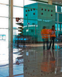 Flughafenterminal mit Angestellten Stockbilder