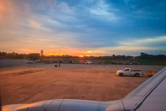FlughafenVerkehrssteuerungsturm am Abend nach Sonnenuntergang an internationalem Flughafen Udon Thani (UTH), gelegen nahe der Sta Stockfotos