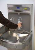 Flughafenwasserflaschen-Füllestation gebräuchlich Lizenzfreie Stockfotos