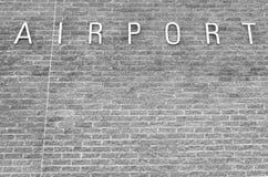 Flughafenzeichen auf einem Ziegelsteinhintergrund Lizenzfreies Stockfoto