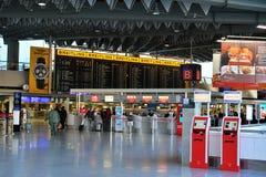 Flughafenzeitplan im Frankfurt-Flughafen Lizenzfreies Stockbild