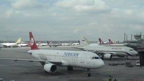 FlughafenZeitspanne mit den ankommenden und abreisenden Flugzeugen stock footage