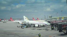 FlughafenZeitspanne mit den ankommenden und abreisenden Flugzeugen stock video footage