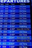 Fluginformationsbildschirme an einem Flughafen Lizenzfreie Stockfotos