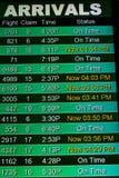 Fluginformationsbildschirme an einem Flughafen Stockbild