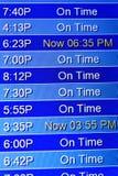 Fluginformationsbildschirme an einem Flughafen Stockfotos