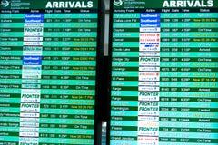 Fluginformationsbildschirme an einem Flughafen Stockbilder