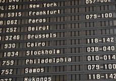 Fluginformationsvorstand im Flughafen Stockfotografie