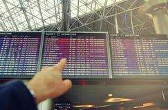 Fluginformationsvorstand im Flughafenabfertigungsgebäude Stockfotos
