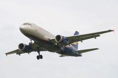 Fluglinie Donavia Airbusses A319-112 VP-BBU auf dem Endanflug vor der Landung in Pulkovo-Flughafen Stockfotografie