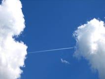 Fluglinie-wie eine Brücke zwischen Wolken Lizenzfreies Stockfoto