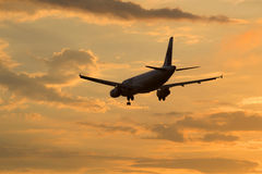 Fluglinien Airbusses A320-231 ER-AXO fliegen ein, das in Sonnenunterganghimmel fliegt Stockfoto