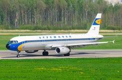 Fluglinien Airbusses a321 Lufthansa, Flughafen Pulkovo, Russland St Petersburg im Mai 2014 Lizenzfreies Stockfoto