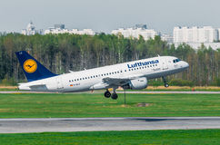 Fluglinien Airbusses a319 Lufthansa, Flughafen Pulkovo, Russland St Petersburg im Mai 2014 Lizenzfreie Stockfotos