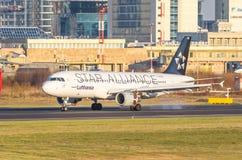 Fluglinien Airbusses a320 Lufthansa, Flughafen Pulkovo, Russland St Petersburg im September 2014 Lizenzfreie Stockfotos