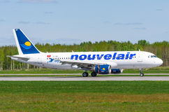 Fluglinien Airbusses a320 Nouveiair, Flughafen Pulkovo, Russland St Petersburg im Mai 2017 Lizenzfreies Stockbild