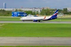 Fluglinien-Boeings 737-8LJ Aeroflots russische Flugzeuge in internationalem Flughafen Pulkovo in St Petersburg, Russland Lizenzfreie Stockfotos