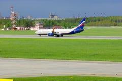 Fluglinien-Boeings 737-8LJ Aeroflots russische Flugzeuge in internationalem Flughafen Pulkovo in St Petersburg, Russland Lizenzfreies Stockbild