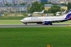 Fluglinien-Boeings 737-8LJ Aeroflots russische Flugzeuge in internationalem Flughafen Pulkovo in St Petersburg, Russland Lizenzfreies Stockfoto
