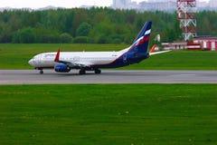 Fluglinien-Boeings 737-8LJ Aeroflots russische Flugzeuge in internationalem Flughafen Pulkovo in St Petersburg, Russland Lizenzfreie Stockfotografie