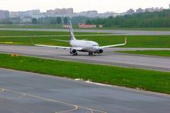 Fluglinien-Boeings 737-8LJ Aeroflots russische Flugzeuge in internationalem Flughafen Pulkovo in St Petersburg, Russland Stockbilder
